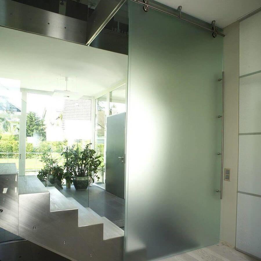 Schiebetür aus Milchglas in Raum mit Spiegel & Treppe