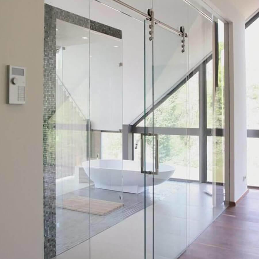 Helle Glasschiebetür zum Badezimmer