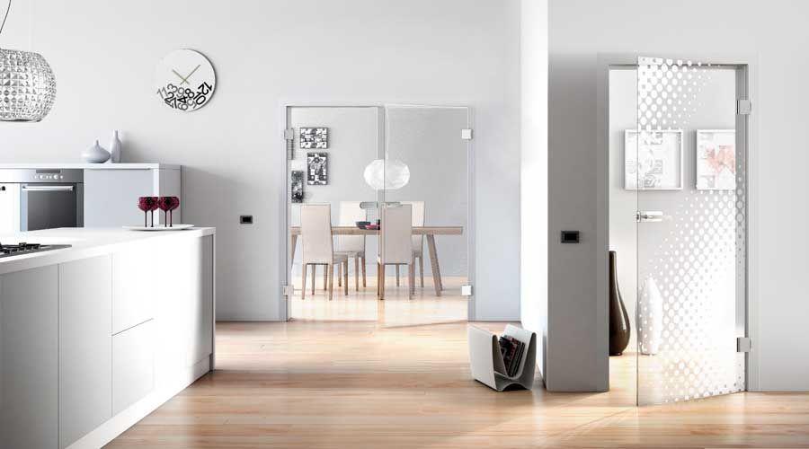 Glastür im hellen Esszimmer/Küche